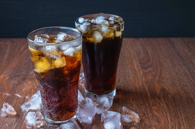 cola-glass-ice-cubes_51137-1961